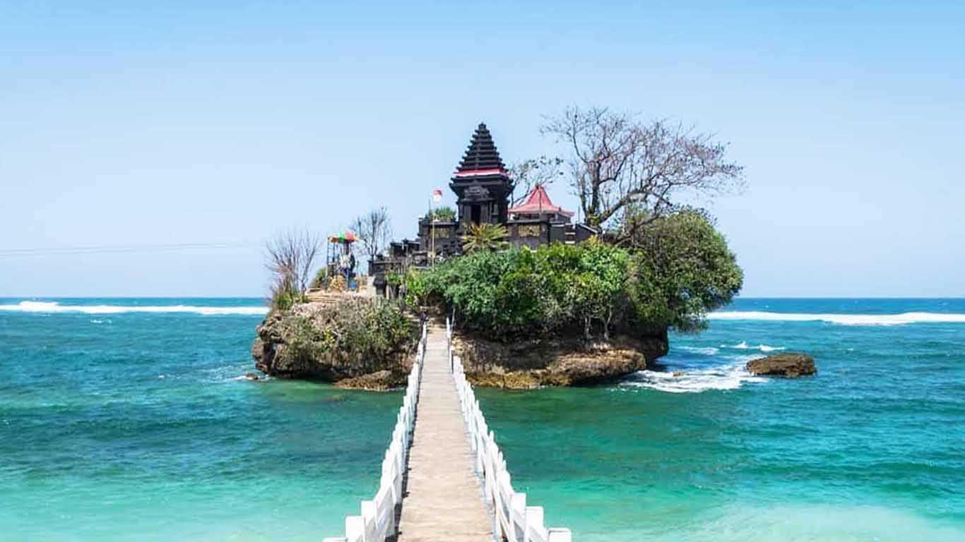 Kunjungi Pantai Balekambangdi Malang
