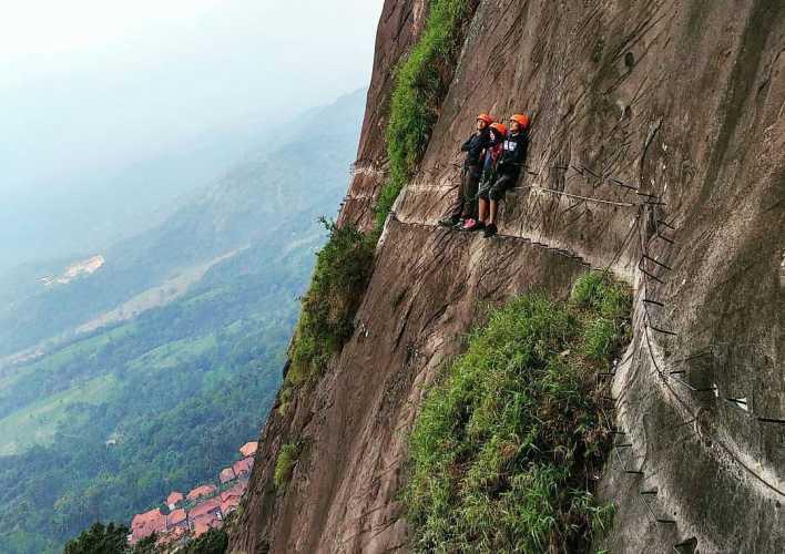Mendaki Tangga Tebing Hotel Gantung Purwakarta