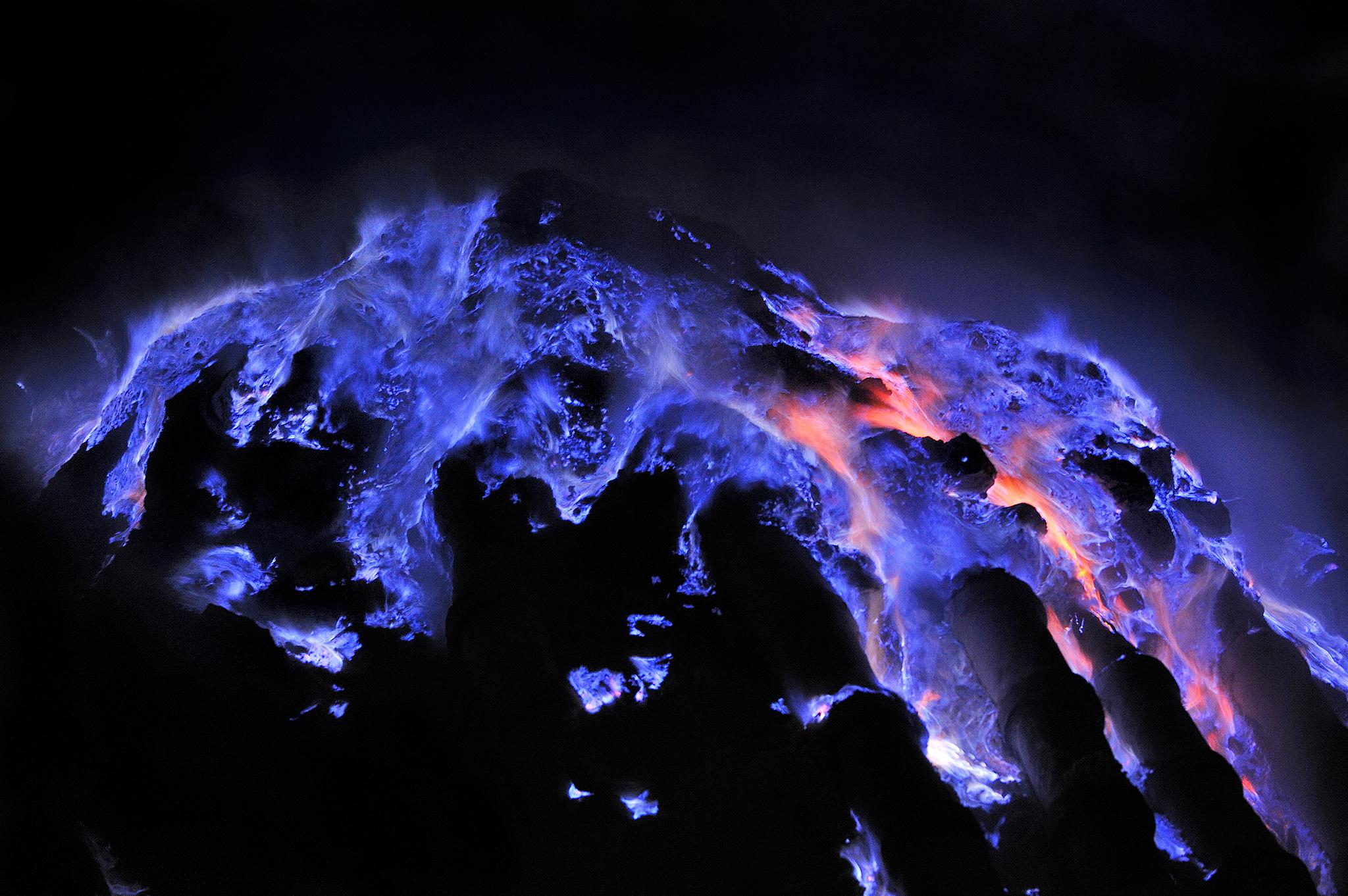 Indahnya Api Biru Kawah Ijen