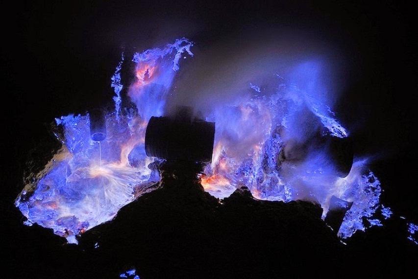 Melihat Api Biru Kawah Ijen Yang Menakjubkan