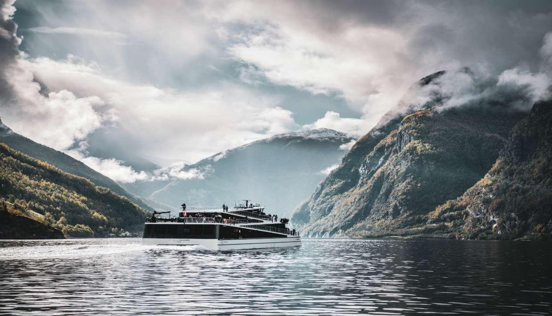 Naik Kapal di Naeroyfjord