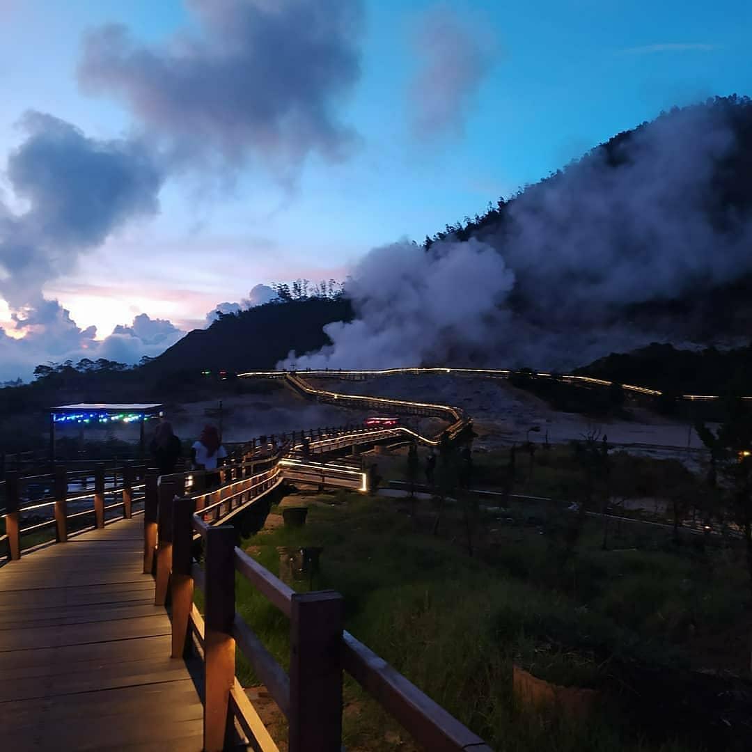 Wisata Kawah Sikidang Dieng Menjelang Malam